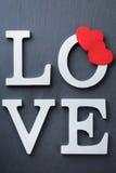 Les vacances de jour de valentines marquent avec des lettres le message textuel pour aimer le fond de carte Photographie stock