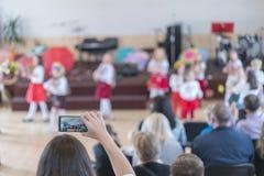 Les vacances des enfants dans le jardin d'enfants Les enfants sur l'étape exécutent devant des parents image de l'exposition de l photographie stock libre de droits