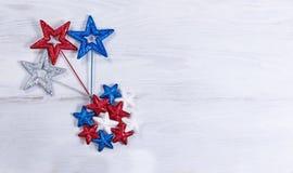 Les vacances des Etats-Unis se tiennent le premier rôle dans le modèle de explosion sur les conseils en bois blancs Photographie stock libre de droits
