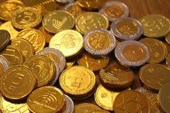 Les vacances juives Hanoucca avec du chocolat inventent en or et argent image stock
