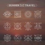 Les vacances, les vacances et le voyage d'été symbolisent des signes et des labels Photographie stock libre de droits