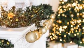 Les vacances ont décoré la pièce avec l'arbre de Noël et la décoration, fond avec brouillé, étincelant, lumière rougeoyante photos stock