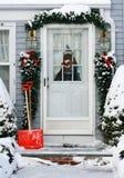 Les vacances ont décoré l'entrée à la maison Photos stock