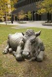 Les vaches sculptent sur un parc au centre de la ville de Toronto, Ontario, Canada Image stock