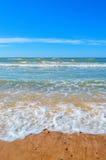 Les vagues éclabousse sur la plage de sable Photo libre de droits