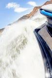Les vagues énormes coupe la surface de lac en emballant le ski de jet Photographie stock