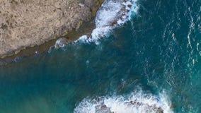 Les vagues battant contre les roches, jour du mariage ! banque de vidéos