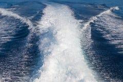 Les vagues d'un fond ultra-rapide de bateau et d'île, foyer sélectif Photo stock