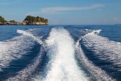 Les vagues d'un fond ultra-rapide de bateau et d'île, foyer sélectif Image stock