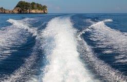 Les vagues d'un fond ultra-rapide de bateau et d'île, foyer sélectif Image libre de droits