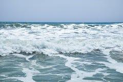 Les vagues de augmentation du méditerranéen sur la belle plage Valence pendant le jour ensoleillé d'été Image libre de droits