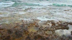 Les vagues de calme éclaboussent sur le rivage rocheux, plage pierreuse, belle nature, humeur romantique clips vidéos