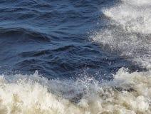 Les vagues de mer et la mousse blanche Photographie stock