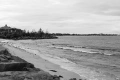 Les vagues de rivage de plage du Bornéo se brisant le mur de mer en pierre de Chambre de côte luttent photo libre de droits