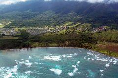 Les vagues entrantes dans Kaahului aboient sur la côte orientale du ` s de Maui image libre de droits