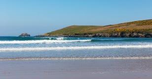 Les vagues et la mer bleue Crantock échouent les Cornouailles du nord Angleterre R-U près de Newquay image libre de droits
