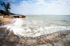 Les vagues et les étapes en pierre Image libre de droits