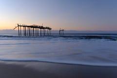 Les vagues fraîches de l'Océan Atlantique lavent près d'un pilier délabré photographie stock