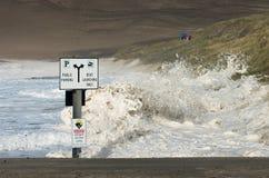 Les vagues lavent au-dessus de la plage entière et lèvent la rampe dans la ville Pacifique Orégon pendant la tempête Images libres de droits