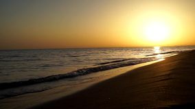 Les vagues lentes calmes satisfaisantes se brisant sur l'océan de plage de sable étayent le littoral dans le paysage marin orange clips vidéos