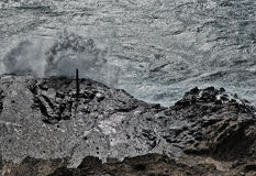 Les vagues martèlent les roches à la baie de Hanauma sur Oahu Images stock