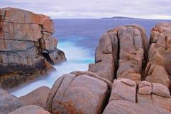 Les vagues molles comblent une lacune dans la falaise Photos libres de droits