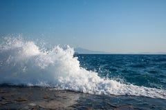 Les vagues ont frappé la surface dure des dalles en béton images stock