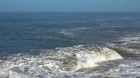 Les vagues parfaites se cassent devant le rivage rocheux du désert du Maroc - l'Océan Atlantique Afrique banque de vidéos