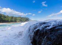 Les vagues puissantes circulent sur des roches à la plage de Lumahai, Kauai images libres de droits