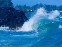 Les vagues puissantes se cassent à la plage de Lumahai, Kauai photographie stock