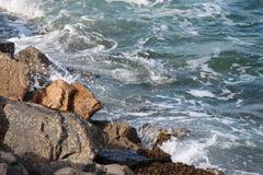 Les vagues se brisent contre des roches en Bretagne (les Frances) Images stock