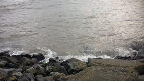 Les vagues se brisent dans des roches Photo stock