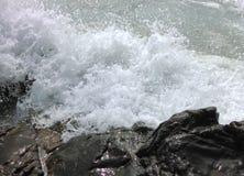 Les vagues se cassant sur la plage pierreuse Photos libres de droits