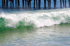Les vagues se cassent au sujet de la pile de pilier LES Etats-Unis image stock
