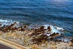 Les vagues se cassent sur le rivage rocheux Rethymno, Crète, Grèce photos stock