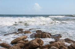 Les vagues se cassent sur une plage photos libres de droits