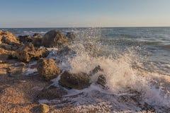 Les vagues se cognent contre des roches sur la côte du Images stock