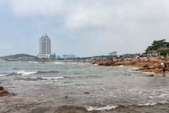 Les vagues se pr?cipitent contre les roches photo stock