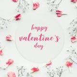Les valentine's heureux sur la carte de livre blanc avec le pétale fleurissent Images libres de droits