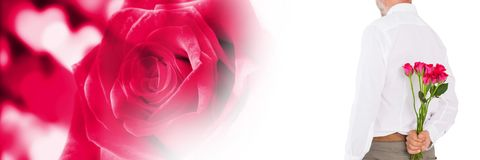 Les valentines équipent tenir des roses avec le fond de coeurs d'amour photographie stock libre de droits