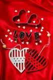 Les valentines cardent avec des coupeurs de biscuit dans la forme de coeur et de lettre Photographie stock