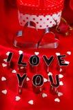 Les valentines cardent avec des coupeurs de biscuit dans la forme de coeur et de lettre Photos stock