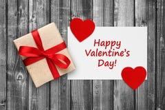 Les valentines cardent avec le boîte-cadeau et les coeurs rouges Photo stock