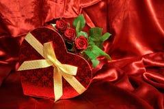 Les valentines cardent avec les roses rouges Image libre de droits