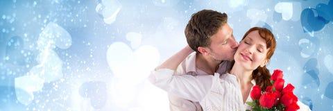 Les valentines couplent tenir des roses avec le fond de coeurs d'amour Photographie stock