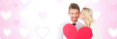 Les valentines couplent tenir le coeur avec le fond de coeurs d'amour Images libres de droits