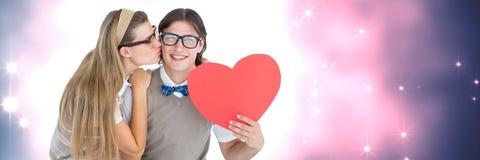 Les valentines couplent tenir le coeur et le fond de coeurs d'amour Images stock
