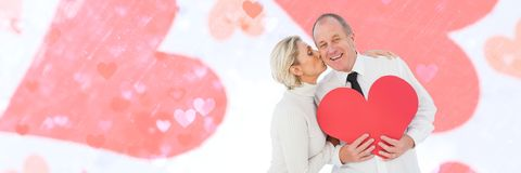 Les valentines couplent tenir le coeur et le fond de coeurs d'amour Photographie stock