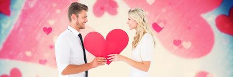 Les valentines couplent tenir le coeur et le fond de coeurs d'amour Photo libre de droits