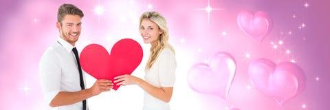 Les valentines couplent tenir le coeur et le fond de coeurs d'amour Photos libres de droits